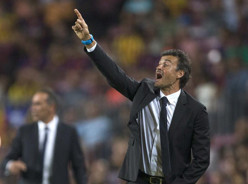 El entrenador del FC Barcelona, Luis Enrique, da instrucciones a sus jugadores. Foto: EFE