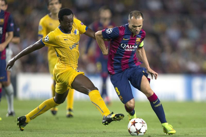 El centrocampista del FC Barcelona Andrés Inieta (d) escapa del brasileño Vinicius, del Apoel. Foto: EFE