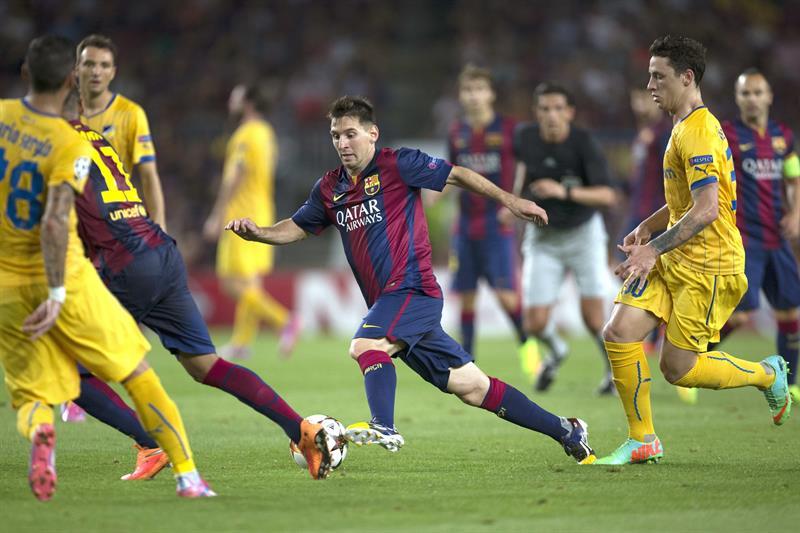 El delantero argentino del FC Barcelona Leo Messi (c) escapa del portugués Guilherme (d), del Apoel, durante el partido de la primera jornada del Grupo G de Liga de Campeones. Foto: EFE