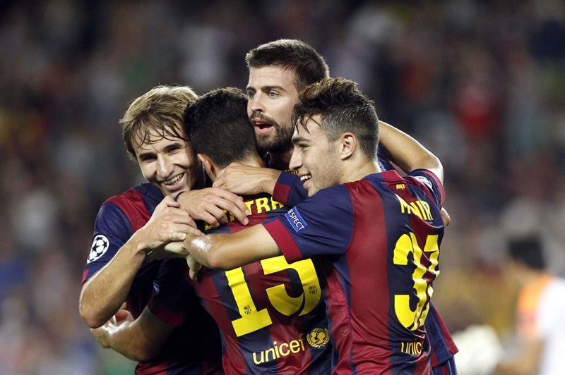 El defensa del FC Barcelona Gerard Piqué (2d) celebra con varios compañeros. Foto: EFE