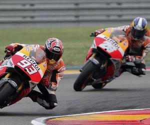 La mala estrategia de Márquez y Pedrosa le entrega la victoria a Lorenzo