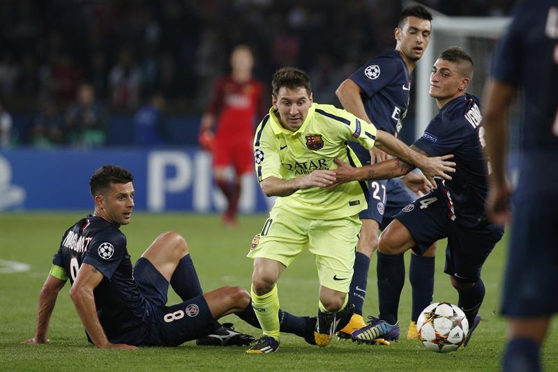 Los jugadores del París Saint-Germain Marco Verratti (dcha) y Thiago Motta (izda) pelean por el control del balón con el jugador del FC Barcelona, Leo Messi. Foto: EFE