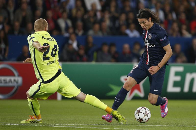 El jugador del París Saint-Germain Edinson Cavani (dcha), pelea por el control del balón con el defensa francés del FC. Foto: EFE