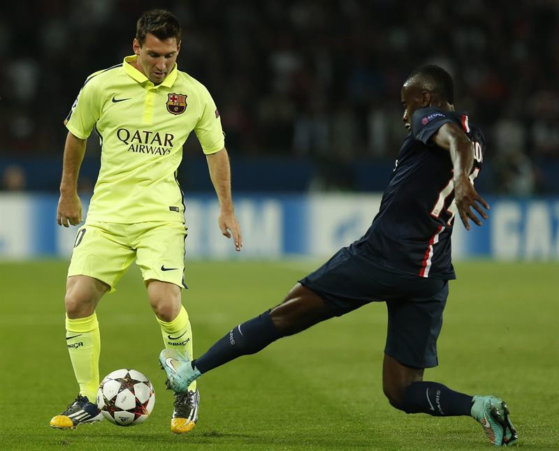 El jugador del París Saint-Germain Blaise Matuidi (dcha), pelea por el control del balón con el delantero argentino del FC Leo Messi. Foto: EFE