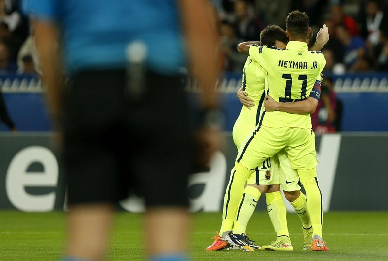El delantero argentino del FC Barcelona, Lionel Messi (izda), celebra con su compañero brasileño Neymar Jr. Foto: EFE