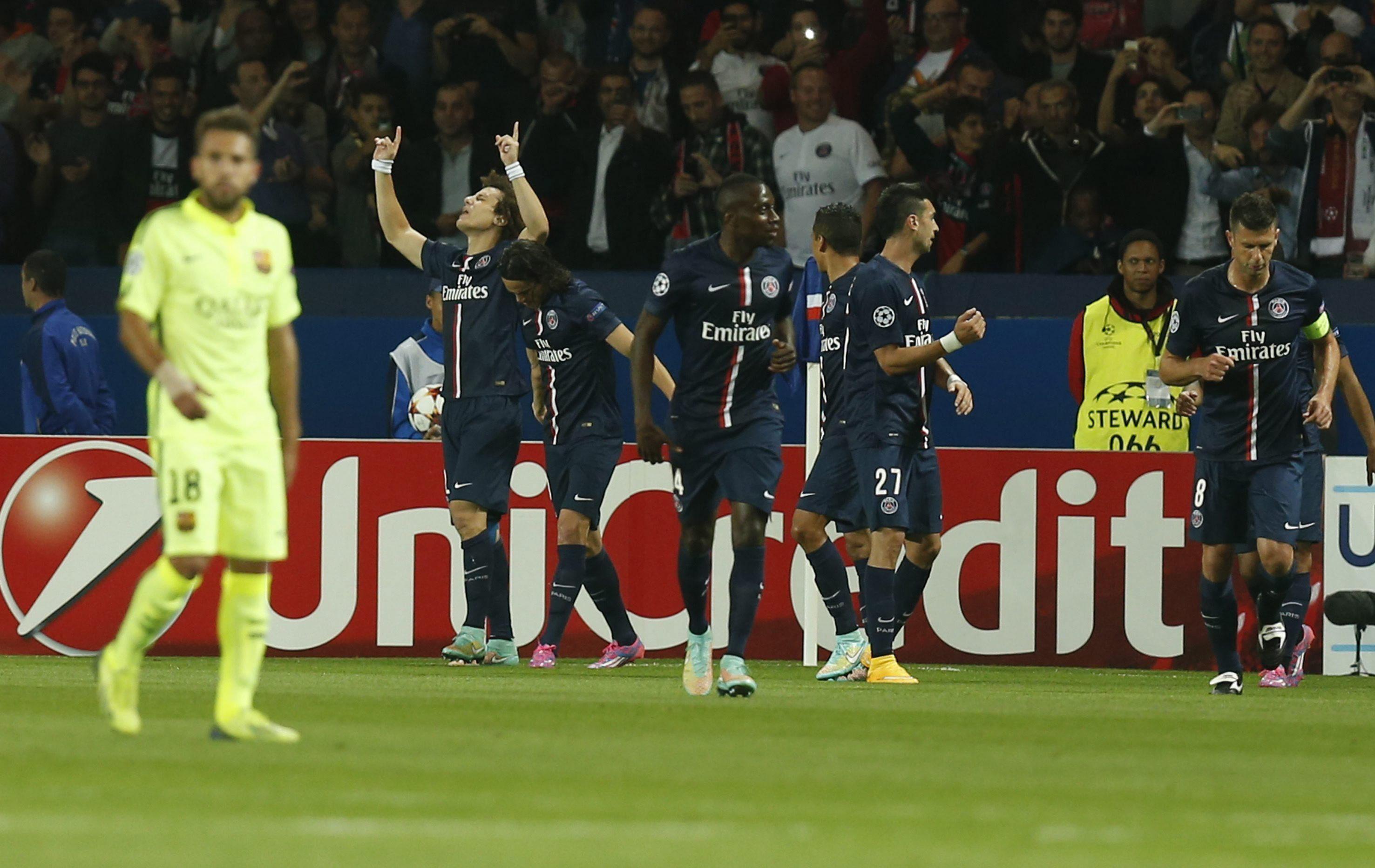 El jugador del París Saint-Germain David Luiz (2i), celebra con sus compañeros el gol conseguido ante el FC Barcelona. Foto: EFE