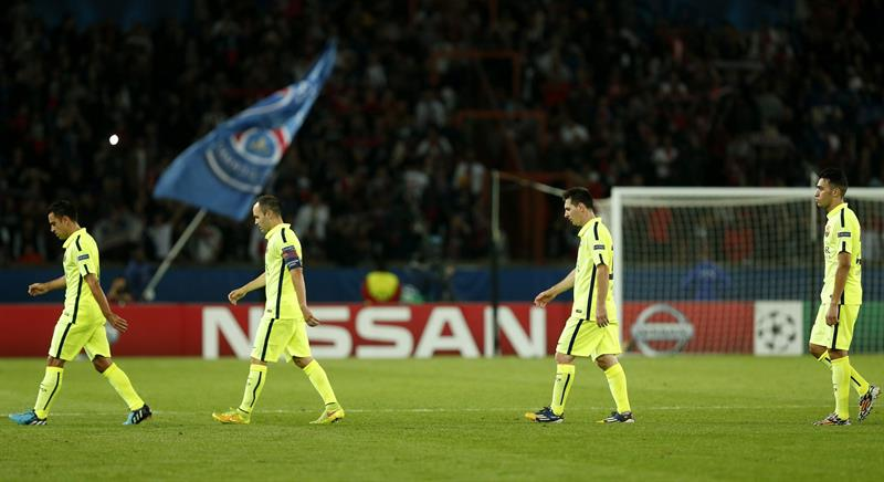 Los jugadores del FC Barcelona (i-d) Xavi Hernández, Andrés Iniesta, Lionel Messi y Jordi Alba tras el partido del grupo F. Foto: EFE