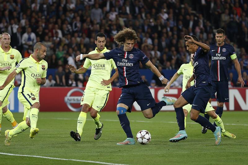 El jugador del París Saint-Germain David Luiz (c), remata para conseguir el primer gol ante el FC Barcelona. Foto: EFE
