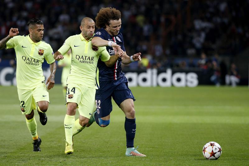 El jugador del París Saint-Germain David Luiz (dcha), pelea por el control del balón con los jugadores del FC Barcelona. Foto: EFE