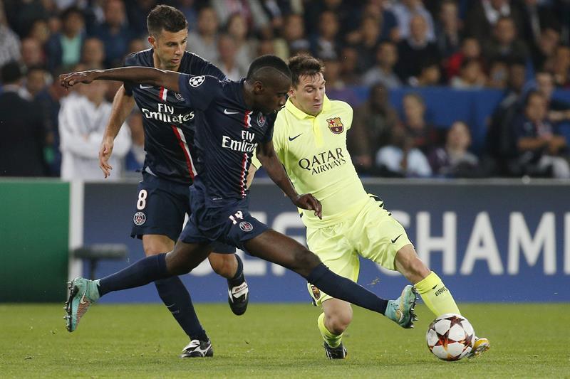 Los jugadores del París Saint-Germain Blaise Matuidi (c) y Thiago Motta (izda) pelean por el control del balón con el delantero argentino del FC Barcelona, Leo Messi. Foto: EFE
