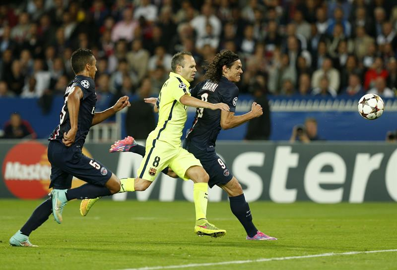 Los jugadores del París Saint-Germain Edison Cavani (dcha) y Marquinhos pelean por el control del balón con el jugador del FC Barcelona. Foto: EFE