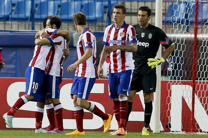 Los jugadores del Atlético de Madrid felicitan a Arda Turan (i) tras marcar ante la Juventus, durante el partido de la segunda jornada de la fase de grupos de la Liga de Campeones. Foto: EFE