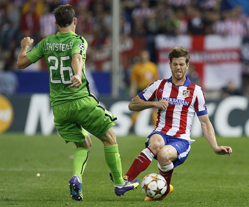 El defensa argentino del At. de Madrid, Cristian Ansaldi (d), intenta cortar el avance del centrocampista suizo de la Juventus. Foto: EFE