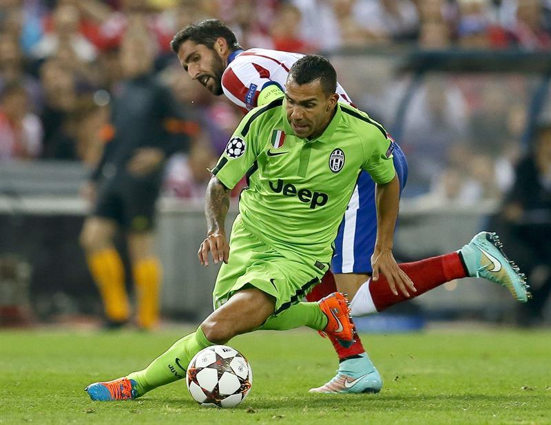 El delantero argentino del Juventus Carlos Tévez (d) con el balón ante el centrocampista del Atlético de Madrid Raúl García. Foto: EFE