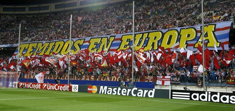 La afición del Atlético de Madrid anima al equipo antes de comenzar el partido de la segunda jornada de la fase de grupos de la Liga de Campeones. Foto: EFE