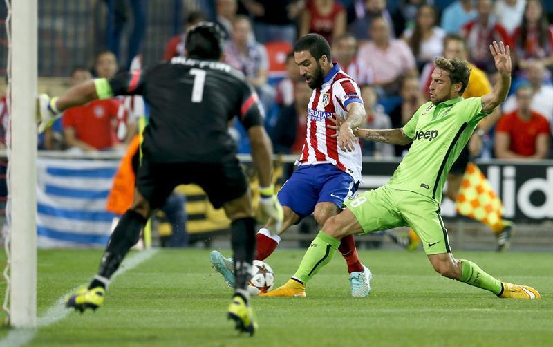El centrocampista turco del Atlético de Madrid Arda Turan (c) con el balón ante el centrocampista del Juventus Claudio Marchisio (d) y el portero Gianluigi Buffon. Foto: EFE