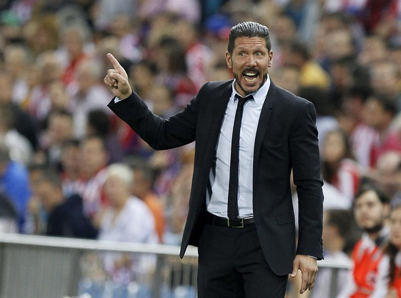 El DT del Atlético de Madrid, Diego Simeone, da instrucciones a sus jugadores durante el partido de la segunda jornada de la fase de grupos de la Liga de Campeones. Foto: EFE