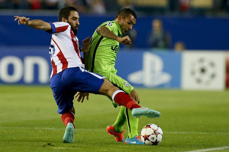 El centrocampista turco del Atlético de Madrid Arda Turan (i) lucha el balón con el argentino Carlos Tévez, de la Juventus. Foto: EFE