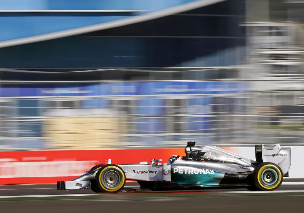 Lewis Hamilton logra 'pole' en el debut ruso y Alonso séptimo en la olímpica Sochi. EFE