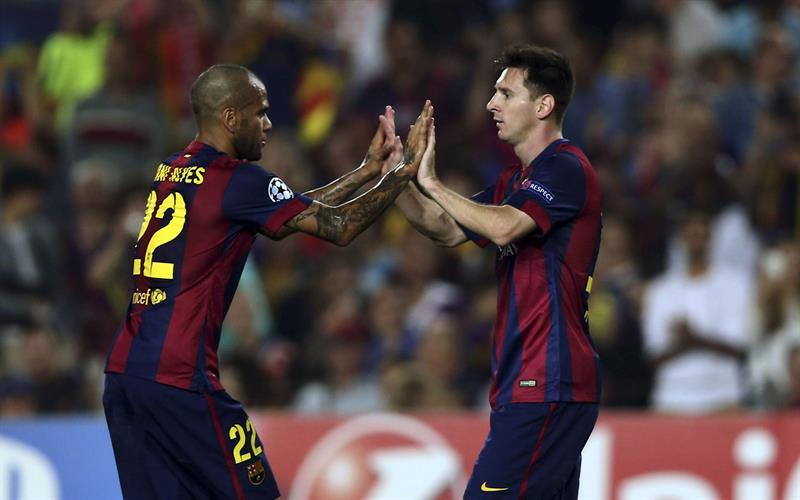 El delantero argentino del FC Barcelona Lionel Messi (d) celebra con su compañero, el brasileño Dani Alves (i). Foto: EFE