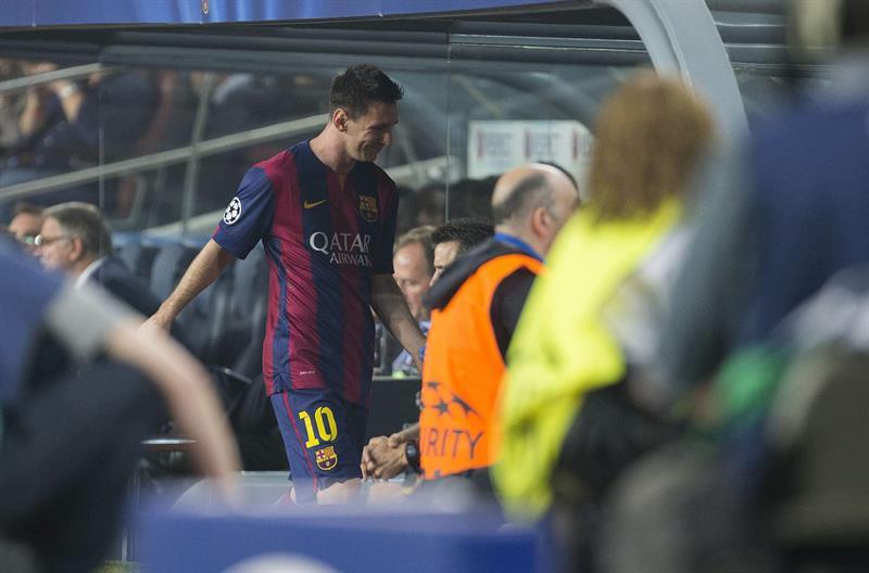 El delantero argentino del FC Barcelona, Leo Messi (d), abandona el terreno de juego sustituido por su compañero, Munir El Haddadi. Foto: EFE