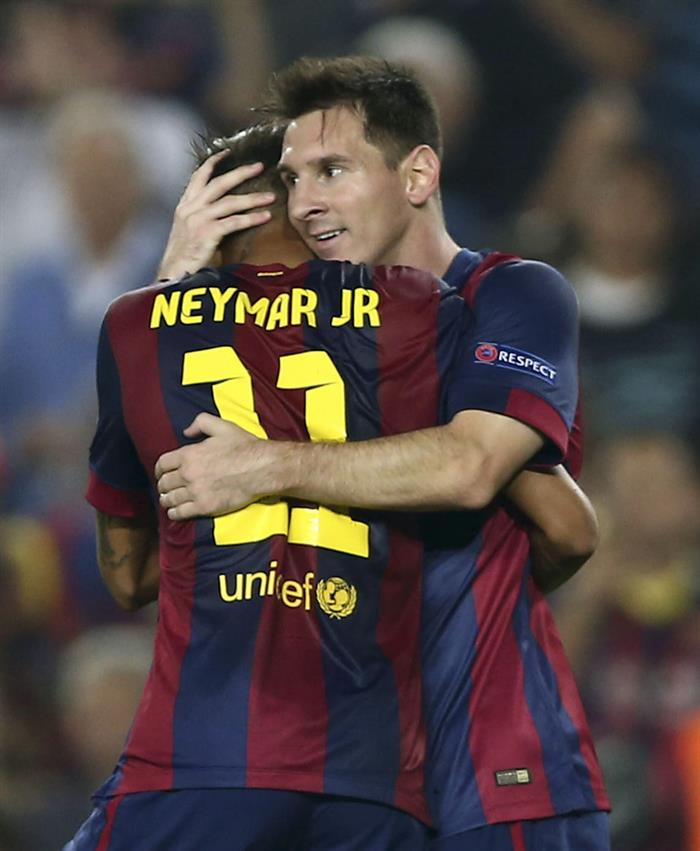 El delantero argentino del FC Barcelona Lionel Messi (d) celebra con su compañero, el brasileño Neymar jr. (i), el gol marcado al Ajax. Foto: EFE