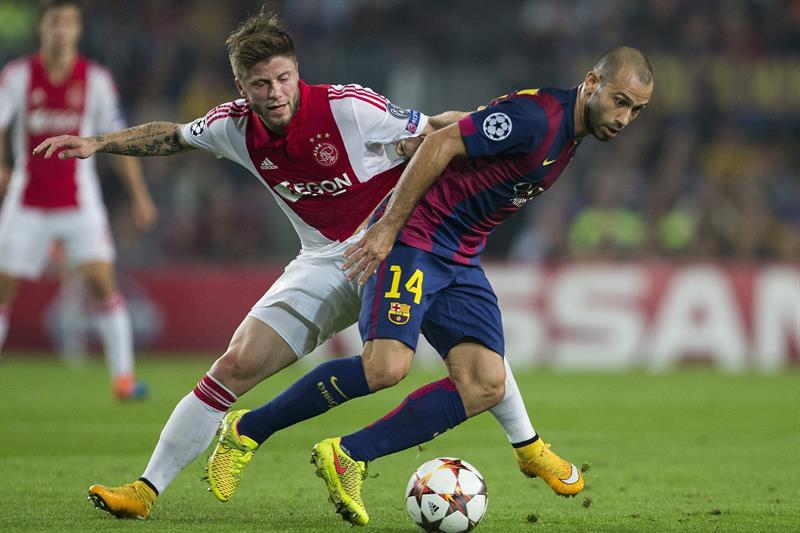 El centrocampista argentino del FC Barcelona Javier Mascherano (d) lucha un balón con el centrocampista danés del Ajax. Foto: EFE