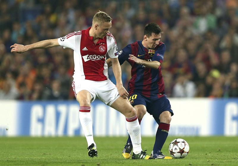 El delantero argentino del FC Barcelona Lionel Messi (d) con el balón ante el centrocampista del Ájax de Amsterdam Davy Klaassen. Foto: EFE