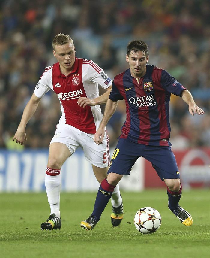 El delantero argentino del FC Barcelona Lionel Messi (d) con el balón ante el delantero islandés Kolbeinn Sigthórsson, del Ájax. Foto: EFE