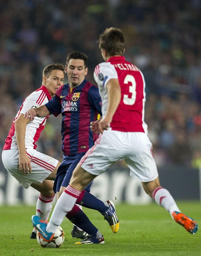 El delantero argentino del F. C. Barcelona, Leo Messi (c), intenta superar la defensa de los jugadores del Ajax, el finlandes. Foto: EFE