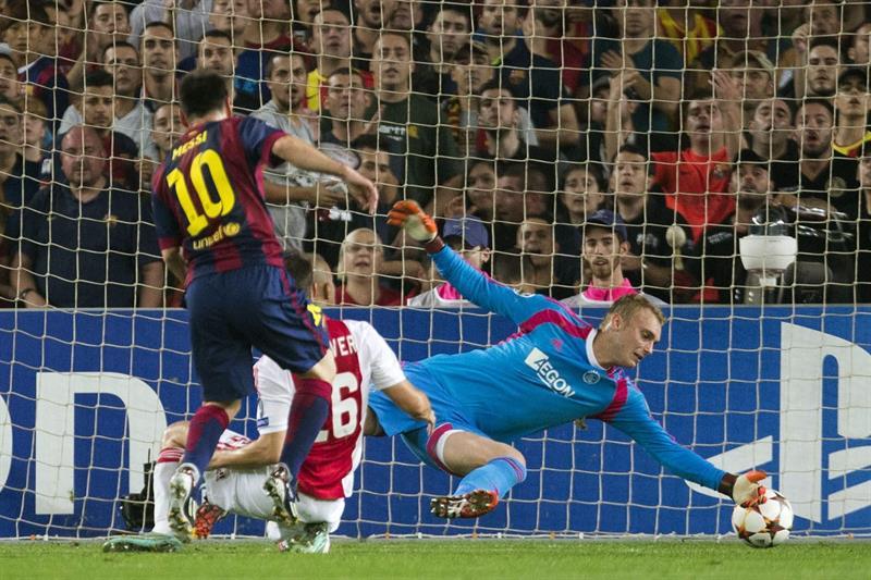 El delantero argentino del FC Barcelona Lionel Messi marca ante el portero del Ajax Jaspero Cliessen. Foto: EFE