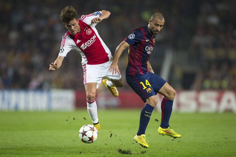 El defensa argentino del FC Barcelona, Javier Mascherano (d), lucha el balón con el danés Lucas Andersen, del AFC Ajax. Foto: EFE