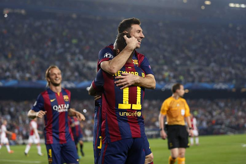 El delantero argentino del FC Barcelona Lionel Messi (c) celebra con su compañero, el brasileño Neymar (d), el gol marcado al Ajax. Foto: EFE