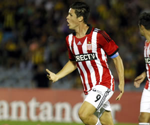Navarro, figura en Estudiantes que ganó en penaltis y espera a River