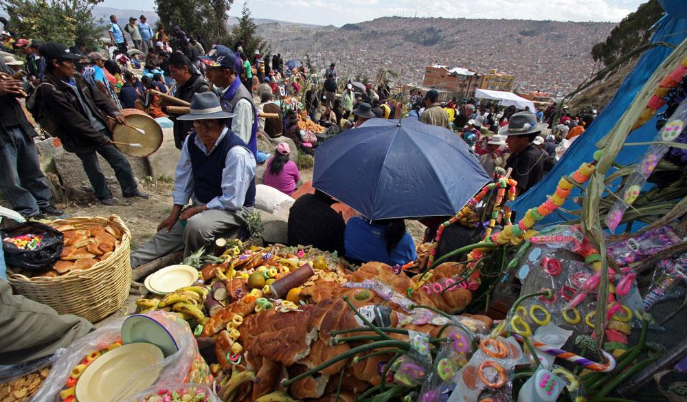 Cada 2 de noviembre, celebración de Todos Santos, miles de familias visitan los cementerios para compartir con sus seres queridos que ya fallecieron. Foto: ABI