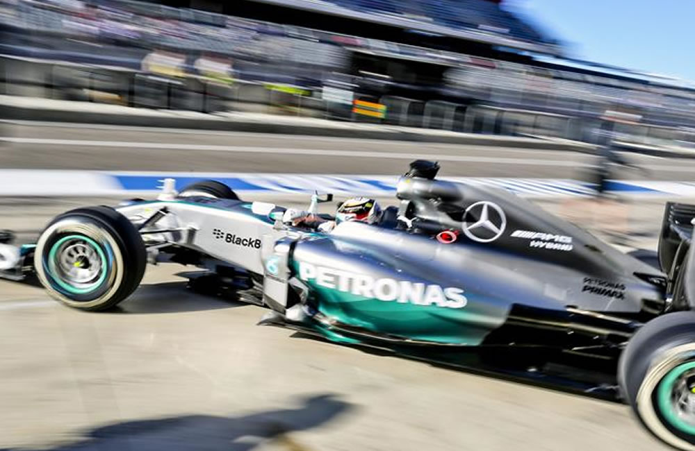 El piloto británico Lewis Hamilton (Mercedes AMG) pilota su monoplaza durante la primera sesión de entrenamientos . EFE