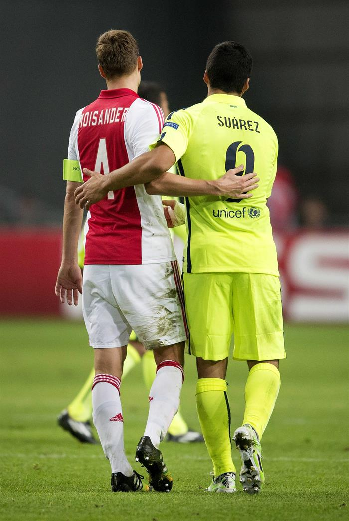 El delantero del FC Barcelona Luis Suárez (d) saluda a Niklas Moisander, del Ajax, al término del partido del grupo F. Foto: EFE