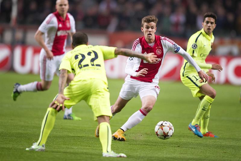 El defensa brasileño del FC Barcelona Dani Alves (i) pelea por el balón con Lucas Andersen (c), del Ajax de Ámsterdam. Foto: EFE