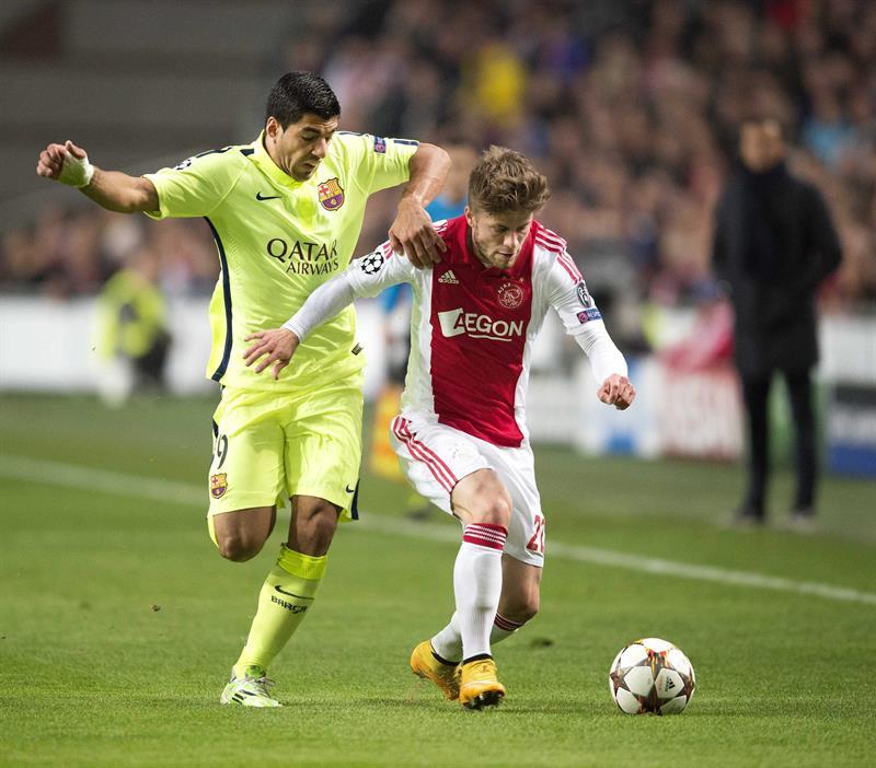 Luis Suárez (i), delantero uruguayo del FC Barcelona, lucha por el balón con Lasse Schone, del Ajax de Ámsterdam. Foto: EFE