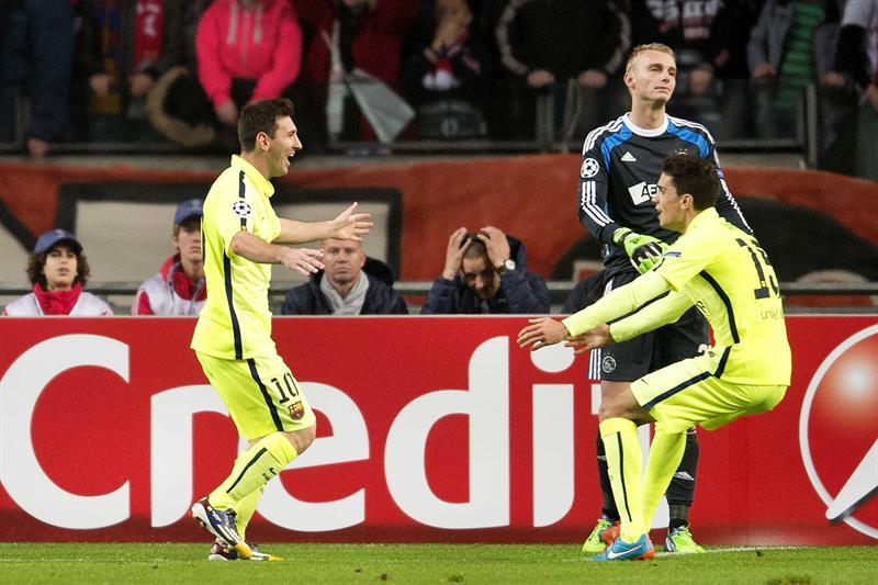 El delantero argentino del FC Barcelona Leo Messi (i) es felicitado por su compañero Marc Barta (d) tras marcar el 0-1 ante el Ajax. Foto: EFE