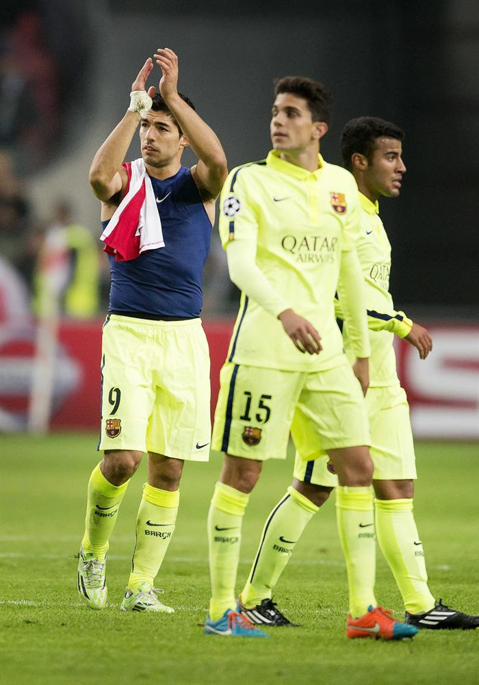 Los jugadores del FC Barcelona (i-d) Luis Suiárez, Bartra y Rafinha, al término del partido del grupo F de la Liga de Campeones. Foto: EFE