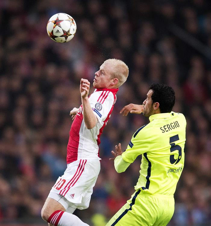 El centrocampista del FC Barcelona Sergio Busquets (d) pelea por el balón con Davy Klaasen, del Ajax de Ámsterdam. Foto: EFE