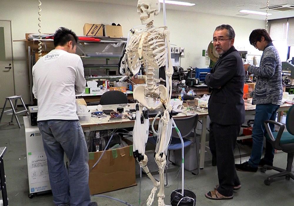 El profesor Koichi Suzumori (c), en el laboratorio donde dirige un proyecto para desarrollar