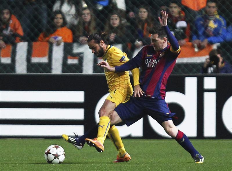 El delantero argentino del FC Barcelona Lionel Messi (dcha) pelea por el control del balón con el jugador del Apoel. Foto: EFE