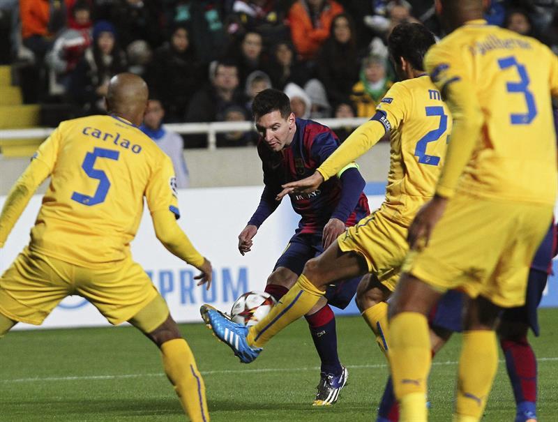El delantero argentino del FC Barcelona Lionel Messi (c) golpea el balón ante varios jugadores del Apoel. Foto: EFE