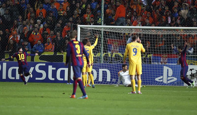 El delantero argentino del FC Barcelona Lionel Messi (izda) celebra el gol conseguido ante el Apoel. Foto: EFE