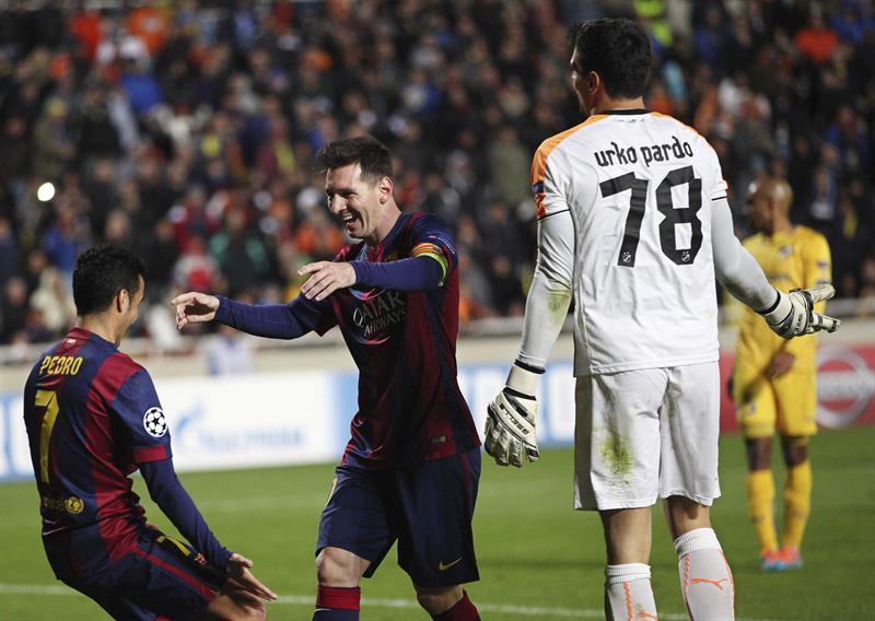 El delantero argentino del FC Barcelona Lionel Messi (c) celebra con Pedro Rodríguez (i) tras marcar el cuarto gol ante Apoel. Foto: EFE