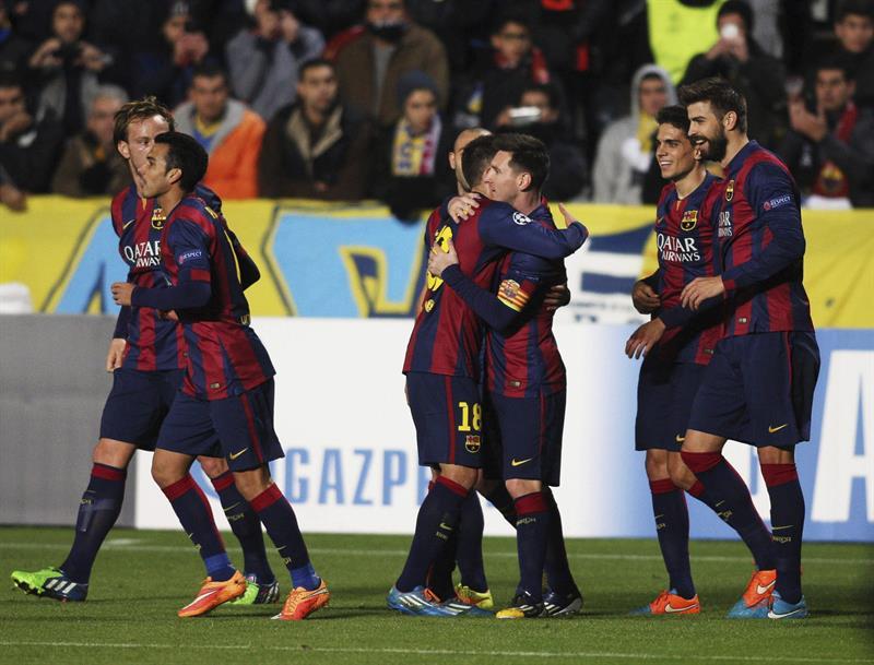 El delantero argentino del FC Barcelona Lionel Messi (c) celebra con sus compañeros el gol conseguido ante el Apoel. Foto: EFE