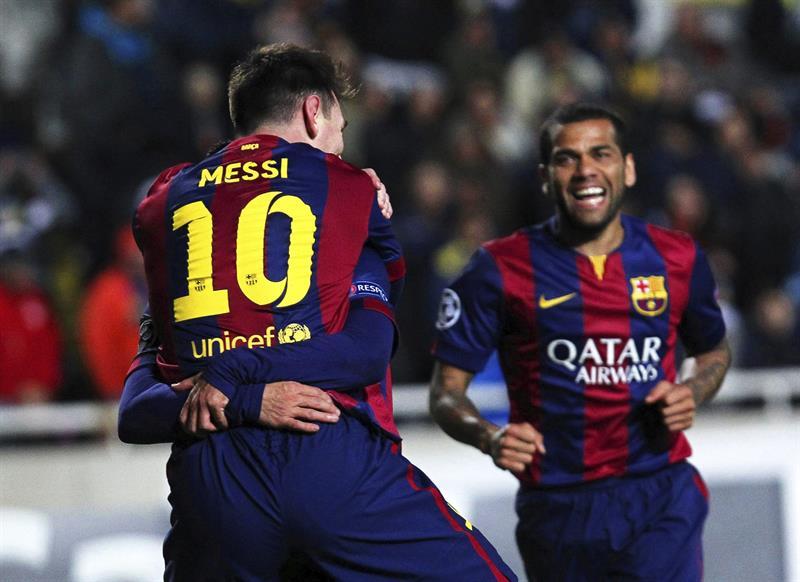 El delantero argentino del FC Barcelona Lionel Messi (i) celebra tras marcar el cuarto gol ante el Apoel. Foto: EFE