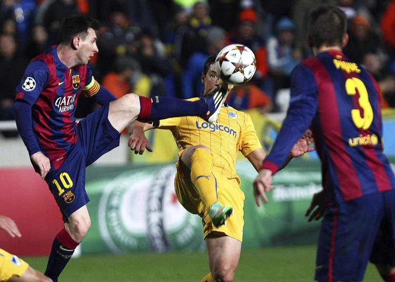 El delantero argentino del FC Barcelona Lionel Messi (i) pelea un balón con un jugador del Apoel. Foto: EFE